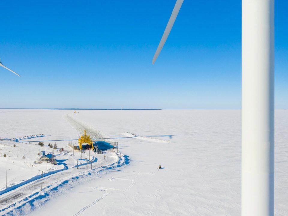 Näkymä Oulunsalosta Hailuotoon maaliskuussa 2019. Keltainen lossi kuvassa.